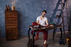 Кожаный мастер писать письмо стоковые изображения rf