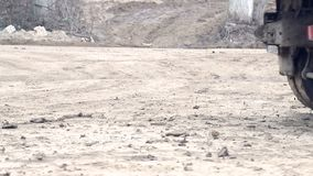 Колеса тележки которая управляет через болото Сложные условия конструкции акции видеоматериалы