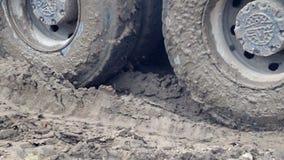 Колеса тележки которая управляет через болото Сложные условия конструкции видеоматериал