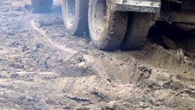 Колеса тележки которая управляет через болото Сложные условия конструкции сток-видео