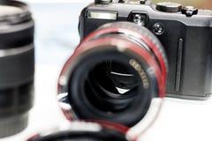 кольцо макроса для объектива фокус роста Камера и объектив Малая глубина отрезка стоковое фото