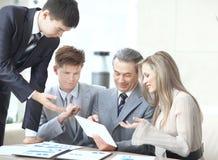 Команда дела обсуждает новые идеи на таблице офиса стоковое фото rf