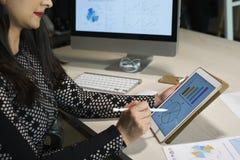 Коммерсантка анализируя финансовую диаграмму стоковая фотография rf