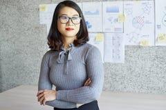 Коммерсантка стоя на офисе стоковое фото rf