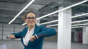 Коммерсантка танцует счастливо после бросать бумаги прочь сток-видео
