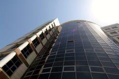 коммерчески многоэтажное здание в самых интересных солнца в городе стоковая фотография rf