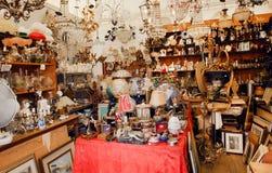 Комната полная старых ламп, золото, игрушки, ретро мебель в блошином рынке с подержанным штатом стоковые фотографии rf