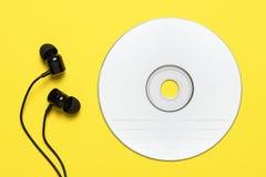 Компакт-диск и earbuds стоковая фотография