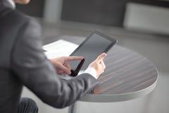 конец вверх бизнесмен выстукивая экран цифровой таблетки стоковая фотография rf