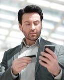 конец вверх Бизнесмен набирая номер на smartphone стоковые изображения rf