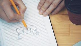 Конец-вверх женской руки писать вниз стратегию в тетради с карандашем Коммерсантка составляя новый бизнес-план акции видеоматериалы