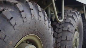 Конец-вверх колес боевой машины пехоты в движении видеоматериал