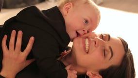 Конец-вверх милого мальчика целуя его любимую мать видеоматериал