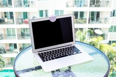 Конец вверх преграждает покрытую веб-камеру с белой лентой стикера стоковые изображения rf