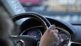 Конец-вверх, приборная панель автомобиля, руль Женская рука управляет 4K медленный mo видеоматериал