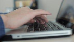 Конец вверх по мужским рукам печатая на предпосылке клавиатуры расплывчатой Перста на клавиатуре Камера двигает видеоматериал