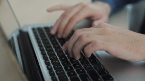 Конец вверх по мужским рукам печатая на предпосылке клавиатуры расплывчатой Перста на клавиатуре Камера двигает сток-видео