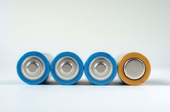 Конец-вверх 4 сине-золотой батарей AA на белой предпосылке Малая глубина поля, макроса стоковое изображение rf