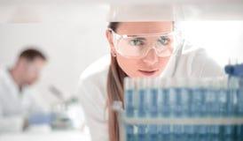 конец вверх ученый проводя исследование исследование в клинической лаборатории стоковая фотография rf