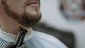 Конец-вверх человека получая его бороду побритый с брея щеткой в парикмахерской сток-видео