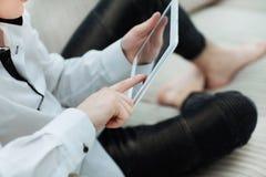 конец вверх человек использует цифровой планшет в его живущей комнате стоковые фотографии rf