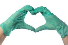 Конец-вверх рук в перчатках латекса Сердце сложено от рук Валентайн формы влюбленности сердца карточки стоковые изображения rf