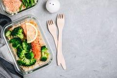 Контейнеры коробки для завтрака приготовления уроков еды с испеченными рыбами семг, рисом, зеленым брокколи стоковые изображения