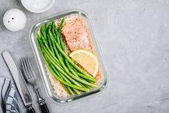 Контейнер коробки для завтрака приготовления уроков еды с испеченными рыбами семг, рисом, зеленой спаржей стоковые фотографии rf