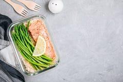 Контейнер коробки для завтрака приготовления уроков еды с испеченными рыбами семг, рисом, зеленой спаржей стоковые изображения rf
