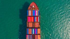 Контейнеровоз идя к доставке экспорта глубокого морского порта, импорта дела логистическим и транспорту контейнеровозом, виду с в стоковые фото