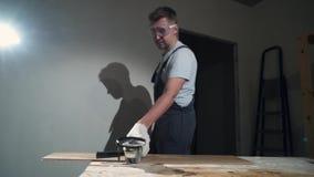 Контрактор используя вырезывание круглой пилы новой прокатанной справляясь реновации видеоматериал