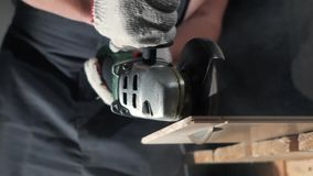 Контрактор используя вырезывание круглой пилы новой прокатанной справляясь реновации акции видеоматериалы