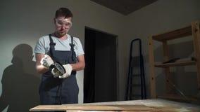 Контрактор используя вырезывание круглой пилы новой прокатанной справляясь реновации сток-видео