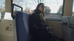Контролер общественного транспорта chucking вне пассажир без билета, уклонения платы за проезд сток-видео