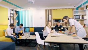 Конторская работа в течение дня Коллеги работают в зале заседаний правления, видео timelapse видеоматериал