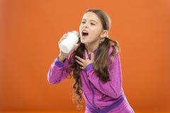 Концепция витамина Нужны дополнения витамина Девушка ребенка милая принять некоторые медицины Обработка и медицина Натуральный пр стоковые фотографии rf