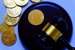 Концепция закона или аукциона с молотком и репликой bitcoin золота Тема технологии дела интернета cryptocurrency Bitcoin стоковые фотографии rf