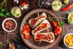 Концепция мексиканской кухни Мексиканская кухня и закуски на деревянном столе Тако, sorbet, тартар, стекло и бутылка красного вин стоковая фотография rf