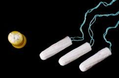 Концепция менструального периода Предохранение от гигиены женщины Тампоны хлопка на черной предпосылке Взгляд сверху, плоское пол стоковое изображение rf