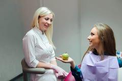 Концепция медицины - женский доктор давая яблоко пациенту стоковые фотографии rf