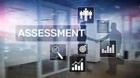 Концепция дела и технологии анализа аналитика измерения оценки оценки на запачканной предпосылке стоковая фотография rf