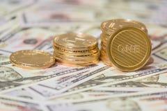 Концепция дела секретной валюты Золотая монетка bitcoin на долларах США закрывает вверх стоковые фото