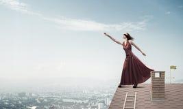 Концепция свободы и счастья с девушкой наслаждаясь этой жизнью Мультимедиа стоковая фотография