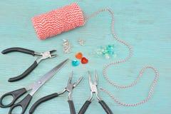 Концепция с поставками браслетов в марте стоковое изображение rf