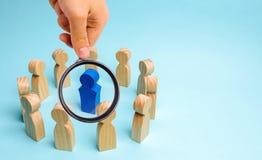 Концепция руководства в команде дела Толпа работников стоит в круге и слушает к их ментору, руководителю или боссу стоковое изображение rf