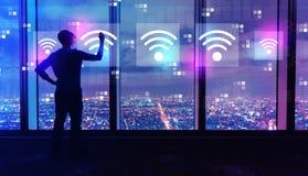 Концепция Wifi с человеком большими окнами вечером стоковое фото rf