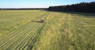 Кося машина управляет вырезыванием с травы на сельскохозяйственных угодьях акции видеоматериалы