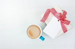 Кофейная чашка и присутствующая коробка с пустым взглядом сверху бирки стоковые изображения rf