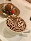 Кофе утра с тщательно разработанным дизайном стоковая фотография rf