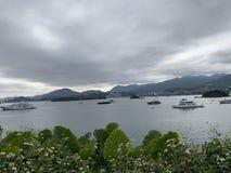 Корабль горного вида взморья Гонконга Sai Kung на море стоковые изображения rf